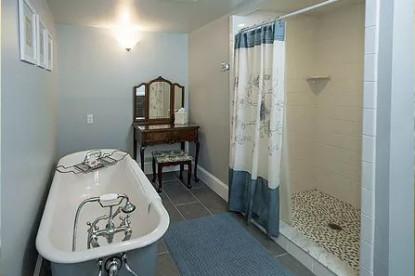 Cadillac Suite bathroom