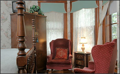 1899 Wright Inn and Carriage House-Warm, Cozy Reading Alcove