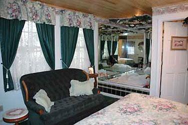 Lazy Cloud Lodge, Vintage Lace Room
