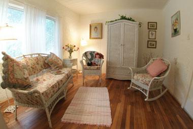 Bay Breeze Bed & Breakfast, Camellia Suite Sitting Room