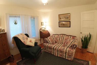 Bay Breeze Bed & Breakfast, Azalea Suite Sitting Room