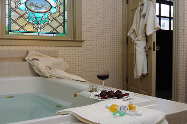 Hennessey House Bed and Breakfast Fox's Den bathtub