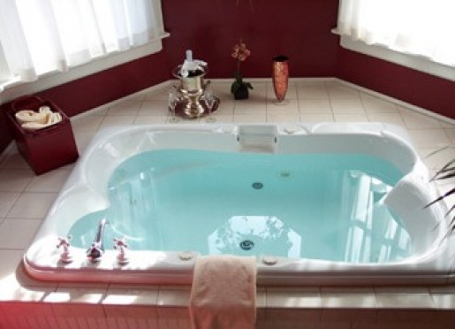 Tower suite 2 person whirlpool tub