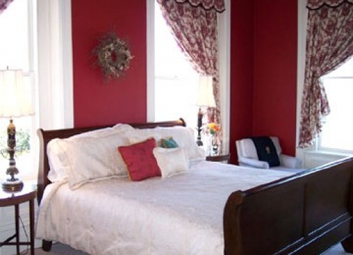 King sleigh bed in the Red room