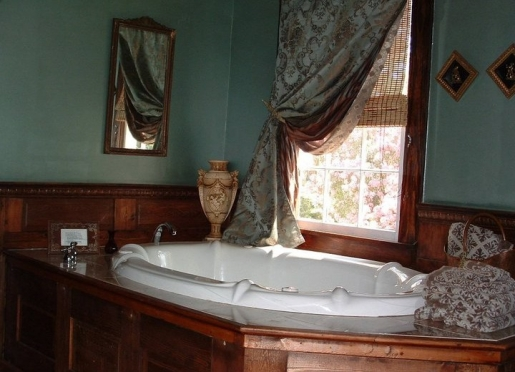 The Manor Whirlpool Tub For Two in Breeden Inns' Retreat on Main