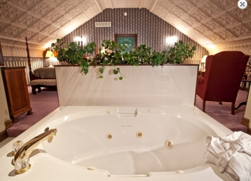 Governor's Suite 2-Person Jacuzzi