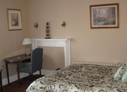 302 (Queen Bed, Private Bath)