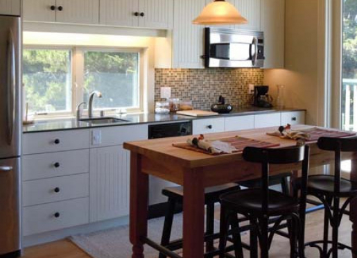 Kitchen has refrigerator, oven, stove-top, and everything to make breakfast