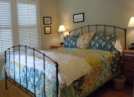 Great king bed with pillows, comforter and quilt.