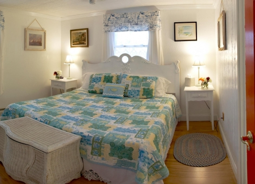 Periwinkle Room. King Bed, Full Bath ensuite.