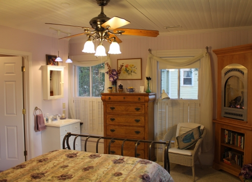 Lavender Room, Iron Sleigh Bed, fireplace, wireless, private full bath and views of the water