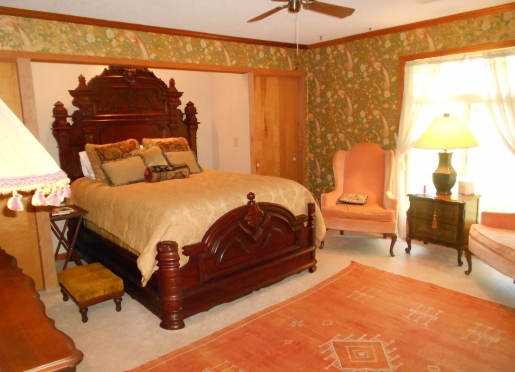 The Gold Room ... firm and comfy queen bed ... with fresh, bright and private bathroom.
