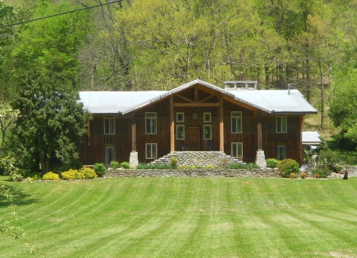 Once our family farm house, Cascade Hollow Lodge is roomy and inviting ... 4 rms. with private baths