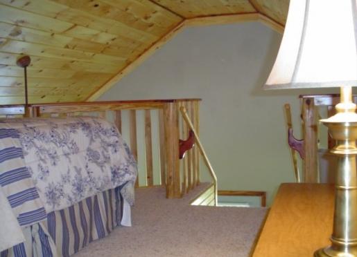 Upstairs Queen Bedroom & Bath-Blanchard Caverns Cabin
