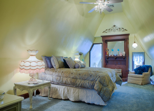 SILK STOCKING ROOM - Lovely and feminine on the 3rd floor, soak in clawfoot tub under a chandelier.