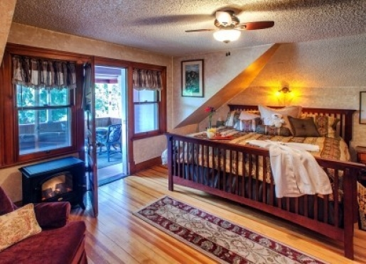 The pikes peak suite offers a private porch and King Size bed