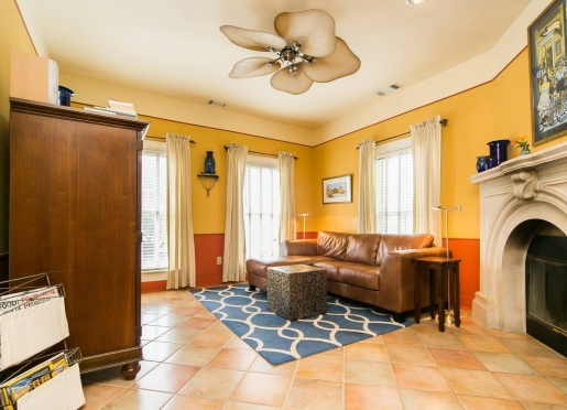 The San Juan Suite is a one bedroom apartment overlooking downtown. It features a king bed and kitch