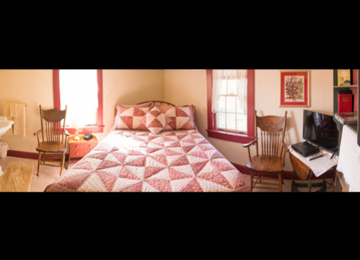 Red Quilt Room - One Queen Bed and Private Bathroom