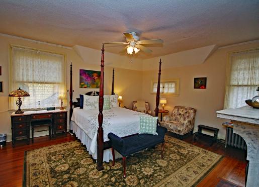 Hummingbird Room - Queen Bed