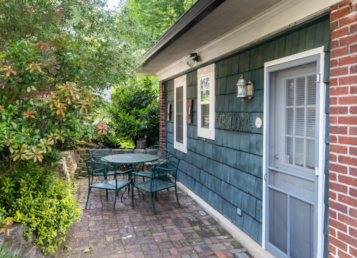 Carriage House - kid and dog-friendly